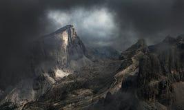 Paisagem dramática da montanha na névoa e na névoa - montanhas da dolomite fotografia de stock royalty free