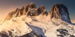 Paisagem e espinha da montanha cobertas com a neve foto de stock royalty free