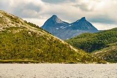Paisagem e fiorde das montanhas em Noruega fotografia de stock royalty free