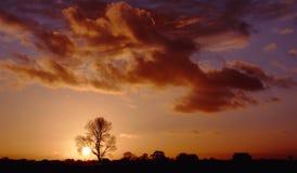 Paisagem e nuvens no por do sol fotos de stock