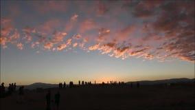 A paisagem e o por do sol nublam-se no deserto de Atacama no Chile filme