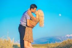Paisagem e pares bonitos felizes dos povos fora na sagacidade do amor Fotografia de Stock Royalty Free