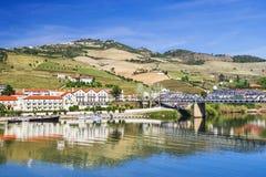 Paisagem e vinhedos no vale de Douro com vila de Pinhao, Portugal foto de stock
