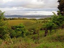 Paisagem em Costa Rica com lago Arenal no fundo imagem de stock