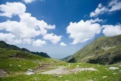 Paisagem em montanhas de Fagaras, Romania foto de stock