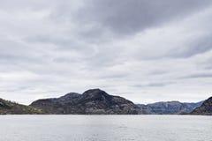 Paisagem em Noruega - litoral no fjord Imagens de Stock Royalty Free