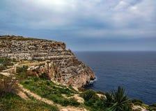 A paisagem em torno da gruta azul na ilha mediterrânea de Malta, Europa imagem de stock royalty free