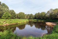 Paisagem em um rio pequeno Fotos de Stock Royalty Free