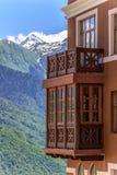 Paisagem ensolarada bonita da construção do hotel na estância de esqui da montanha de Sichi na floresta verde, picos de montanha  Imagem de Stock Royalty Free