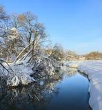 Paisagem ensolarada do inverno com rio de fluxo imagem de stock royalty free