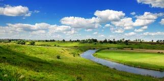Paisagem ensolarada do verão Montes verdes, campos e prados fotos de stock