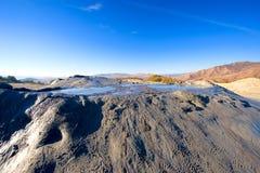 Paisagem estranha vulcões ativos produzidos da lama dos bu Foto de Stock
