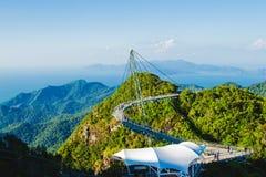 Paisagem excitante com ponte cabo-ficada, símbolo Langkawi, Malásia Feriado da aventura Tecnologia moderna Attracti do turista Imagens de Stock Royalty Free