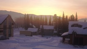 Paisagem fantástica do inverno Cena bonita do inverno no por do sol Vila nas montanhas nevado em nascer do sol surpreendente vídeos de arquivo