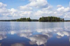 Paisagem finlandesa do lago no verão Imagens de Stock