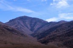 Paisagem fumarento das montanhas durante a estação da queda e do inverno fotos de stock