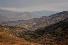 Paisagem georgian do outono da parte rural da cidade de Batumi nas montanhas em cores alaranjadas foto de stock royalty free