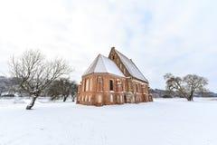 Paisagem gótico do inverno da igreja de Zapyskis, Lituânia Imagens de Stock Royalty Free