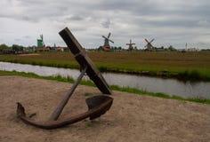 Paisagem holandesa com âncora, canais e moinhos de vento Fotos de Stock Royalty Free
