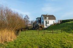 Paisagem holandesa com as casas no dique Imagens de Stock