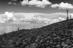 Paisagem holandesa, moinhos de vento fora de Urk foto de stock royalty free