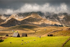 Paisagem idílico da montanha antes da próximo tempestade imagem de stock royalty free