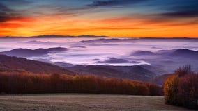 Paisagem idílico da montanha no alvorecer nevoento Imagens de Stock Royalty Free