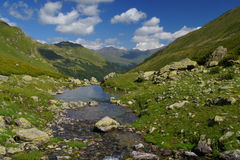 Paisagem idílico em Cáucaso norte com rio Fotos de Stock Royalty Free