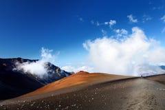 A paisagem impressionante da cratera do vulcão de Haleakala tomada das areias deslizantes arrasta, Maui, Havaí foto de stock