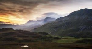 Paisagem impressionante da montanha do nascer do sol com cores vibrantes e Beau Fotos de Stock