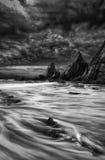 Paisagem impressionante da montanha e do por do sol do mar preto e branco Fotos de Stock