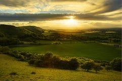Paisagem impressionante do campo com iluminação do sol Imagens de Stock Royalty Free