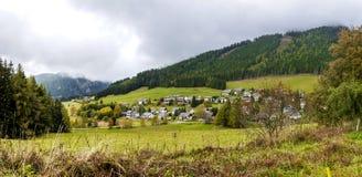 Paisagem impressionante do outono da opinião do panorama da vila austríaca imagem de stock