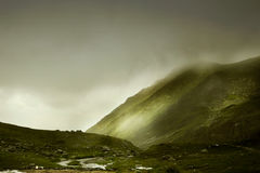 Paisagem incrível com montanhas nevoentas Imagens de Stock