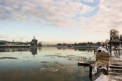 Paisagem industrial bonita do inverno com reflexões no porto Fotos de Stock Royalty Free