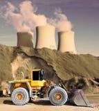 Paisagem industrial com máquina escavadora grande. imagem de stock
