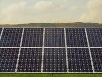 Paisagem industrial com o central elétrica fotovoltaico no prado Imagem de Stock Royalty Free