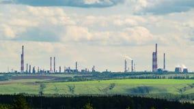 Paisagem industrial com uma refinaria de petróleo no monte verde Timelapse filme
