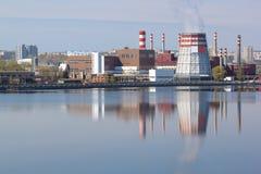 Paisagem industrial contra um lago bonito Fotos de Stock