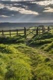 Paisagem inglesa bonita do campo sobre campos no por do sol Imagem de Stock Royalty Free