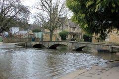 Paisagem inglesa da ponte da vila Foto de Stock