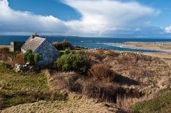 Paisagem irlandesa cénico com a casa de campo irlandesa velha Foto de Stock Royalty Free