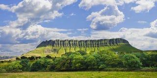 Paisagem irlandesa típica com a montanha de Ben Bulben chamada Imagem de Stock Royalty Free