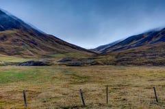 Paisagem islandêsa com as montanhas perto de Reykjavik Ringroad Icela fotos de stock