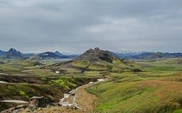 Paisagem islandêsa com o lago Alftavatn cercado por três geleiras Eyjafjallajokull, Myrdalsjokull, Tindafjallajokull, vulcânico imagens de stock
