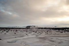 Paisagem islandêsa em um dia de inverno nebuloso Fotografia de Stock