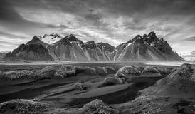 Paisagem islandêsa, montanhas de Vestrahorn Foto de Stock