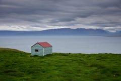 Paisagem islandêsa Uma barraca da lata no oceano Península Skagi, Skagafjördur imagens de stock