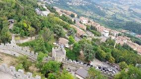 Paisagem italiana antiga do castelo com torres grandes Fotografia de Stock