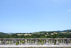 Paisagem italiana, vista de um terraço da balaustrada dos montes verdes italianos Imagens de Stock Royalty Free